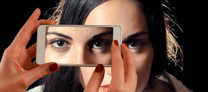 smartphone-woman-eyes-makeup